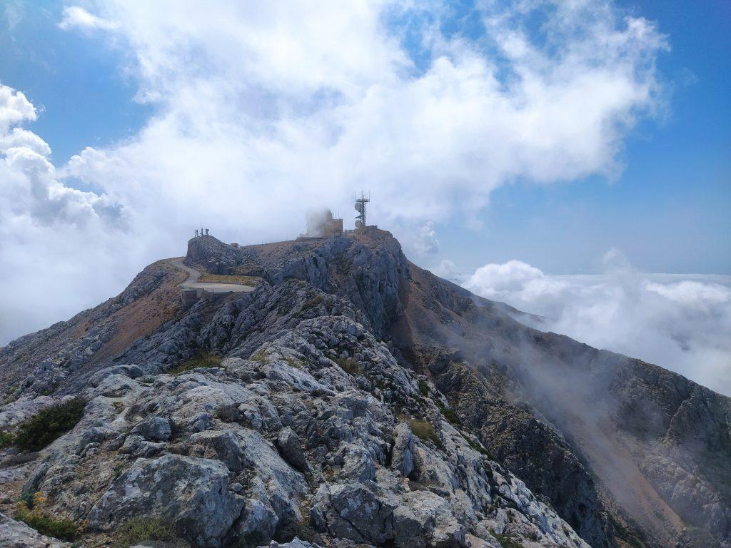 En la fotografía, tomada desde el espolón NE del Puig Major, se aprecia el radar instalado en la cima